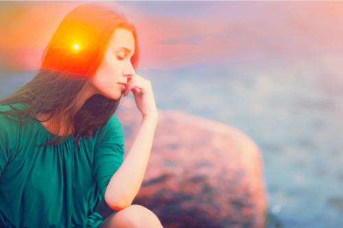 Kvinde foran solnedgang