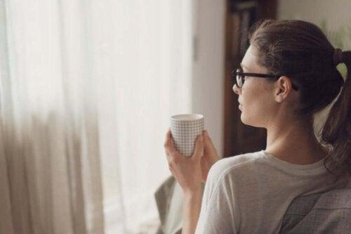 Kvinde tænker over kontraintuitive strategier til problemløsning