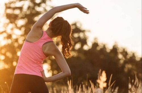 Kvinde træner, da fysisk træning gør os lykkeligere