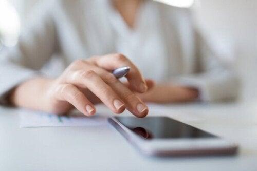 Ti tips til at hjælpe dig med at gøre dig fri fra mobiltelefonen