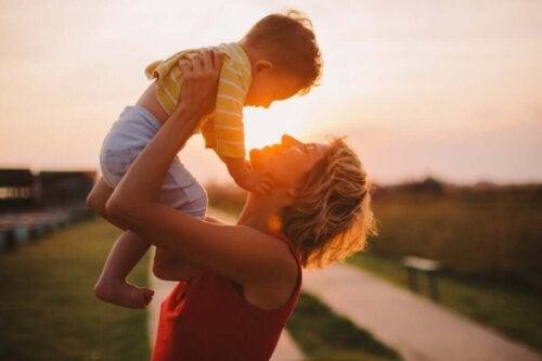 Mor og barn foran solnedgang