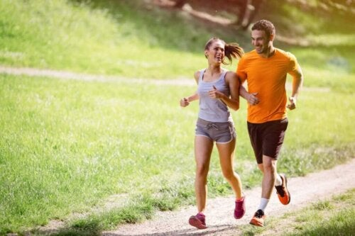 To personer løber sammen