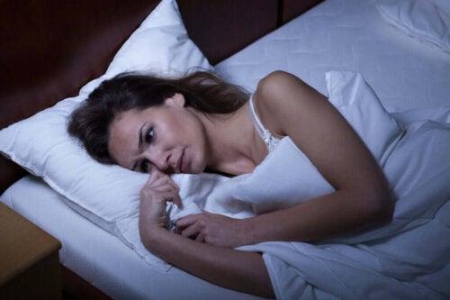 Kvinde er søvnløs grundet følelsesmæssige ændringer under menstruationscyklussen