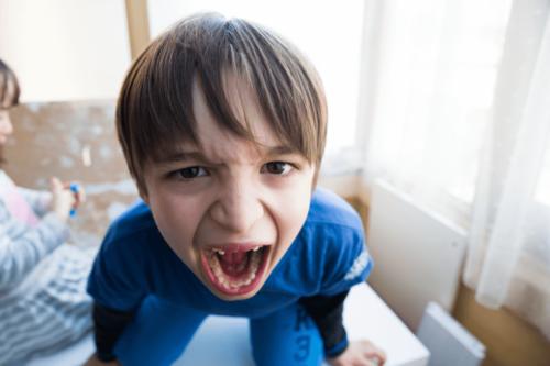 Eksempel på, at et barn ikke har nogen venner, fordi han råber
