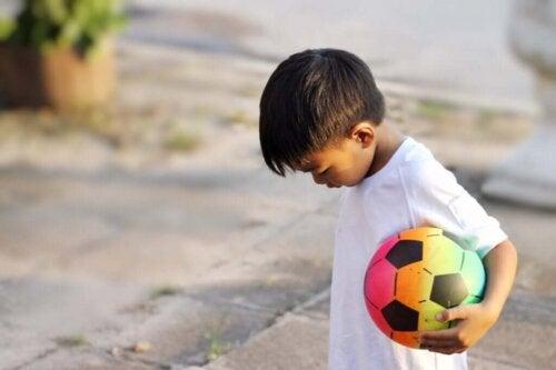 Dreng står med bold