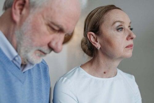 Trist ældre par illustrerer grå skilsmisse