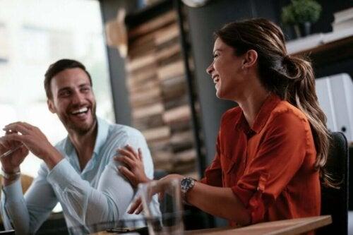To personer griner over spændende samtaleemner