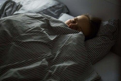 En kvinde sover