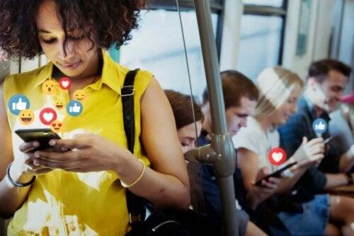 Kvinde tjekker sociale medier på sin telefon i toget