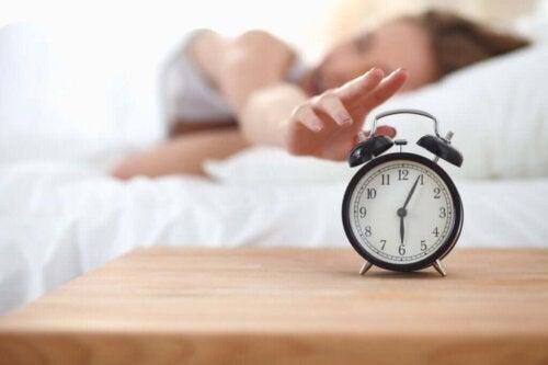 Kvinde rækker ud mod vækkeur