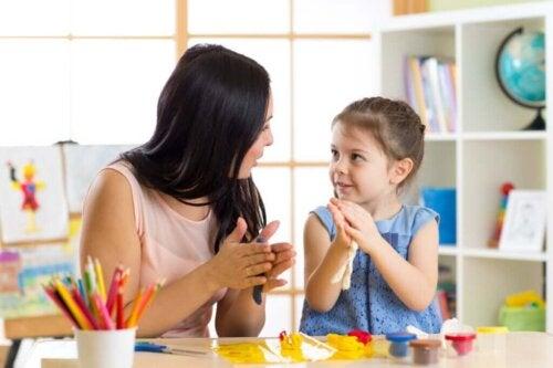 Mor og datter leger med modelervoks