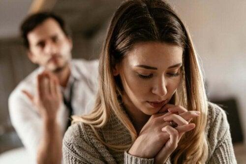 Par skændes, fordi den ene bliver ved med at være utro