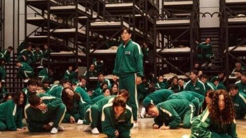 Personer i grønt tøj i scene fra netflix-serie