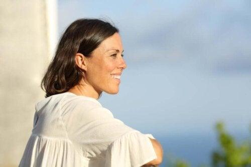 Smilende kvinde arbejder på at være mindre negativ