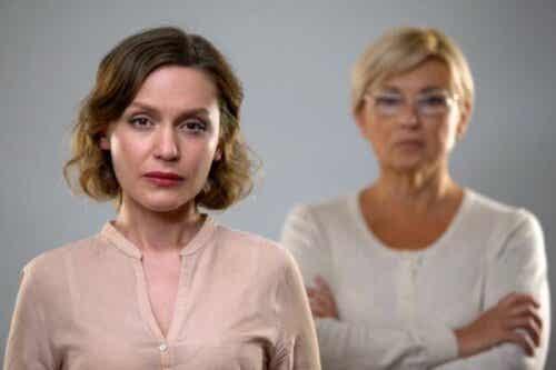 Fem effekter af at tage afstand fra en giftig mor