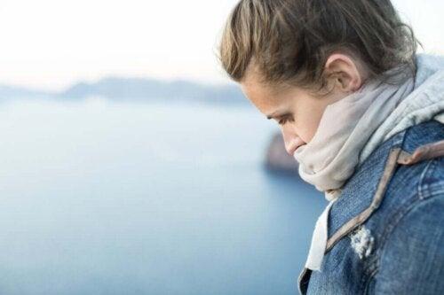 Trist kvinde har valgt at tage afstand fra en giftig mor