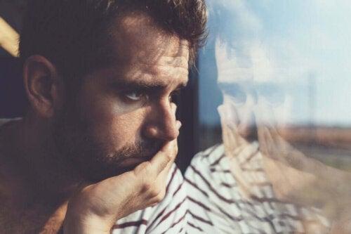 Trist mand sidder i tog
