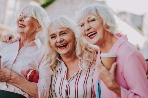 Tre venner griner sammen
